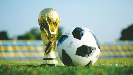 トロフィーとサッカーボール