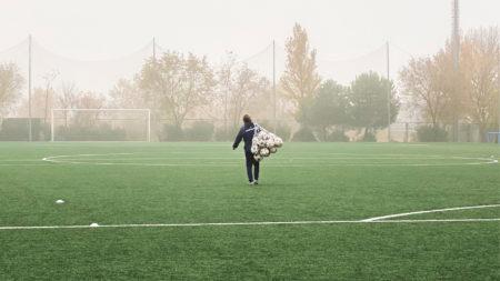 ボールをネットに入れて運ぶ