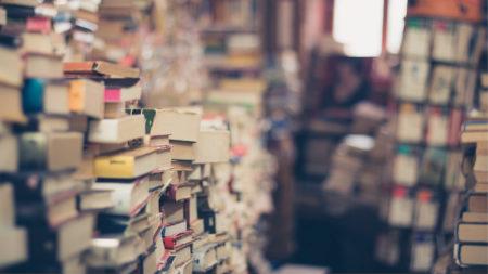 山積みの本